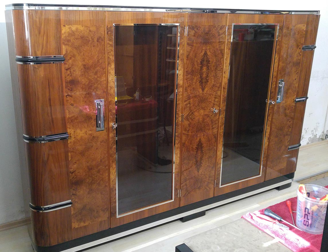 Art Deco Büchersschrank Nußbaumwurzelfurnier, vollständig restauriert