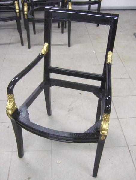 Stuhl lackiert in schwarz hochglanz, Zierungen mit Goldlack beschichtet