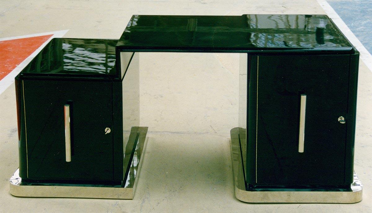 Restaurierter Art Deco Schreibtisch mit massivem Metallsockel, schwarz hochglanz