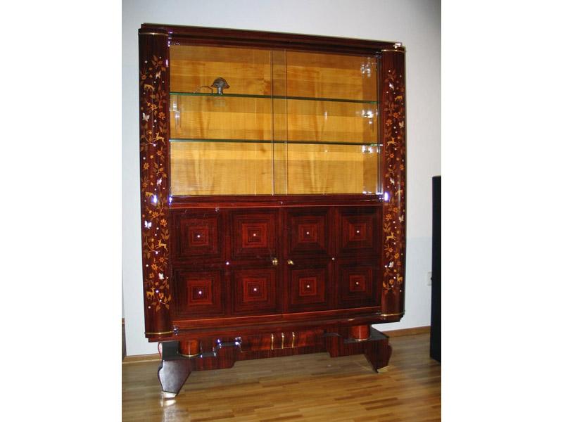 Art Deco Vitrine mit aufwendiger Intarsienarbeit fertig restauriert in hochgänzender Ausführung