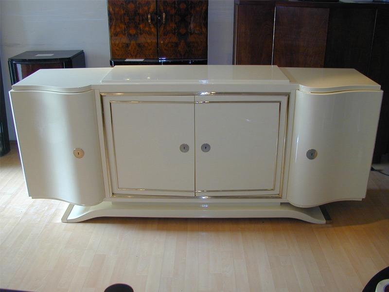 Sideboard in hellelfenbein, hochglanz, poliert, eingelegte und polierte Messingleisten