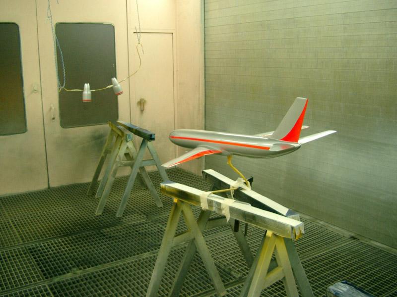 Modellflugzeug in Lackierkammer, Lackierung mehrfarbig silber metallic hochglanz