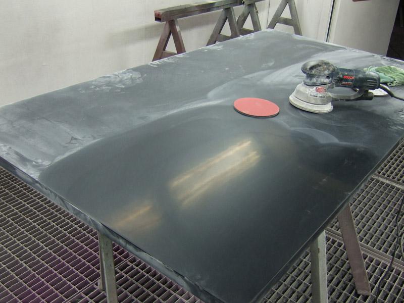 Vor der Hochglanz-Polierung wird die Oberfläche feinst angeschliffen
