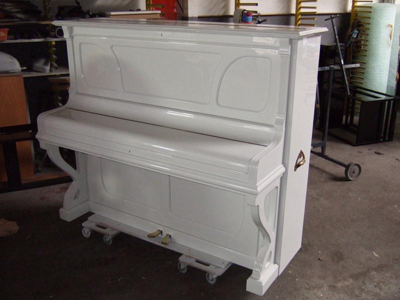 Klavier umlackiert von Nussbaum in Reinweiss hochglanz